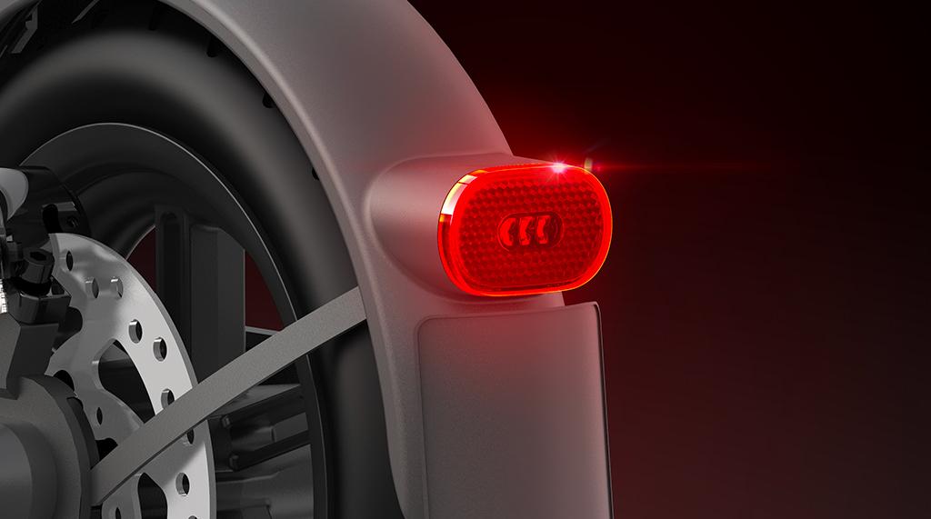 Veće i svjetlije - kad je prednje svjetlo upaljeno, stražnje svjetlo se automatski pali. Kad je kočnica pritisnuta, stražnje svjetlo će blinkanjem upozoriti pješake i vozila iza vas. Stražnje svjetlo ima i funkciju reflektora da se osigura sigurna vožnja.